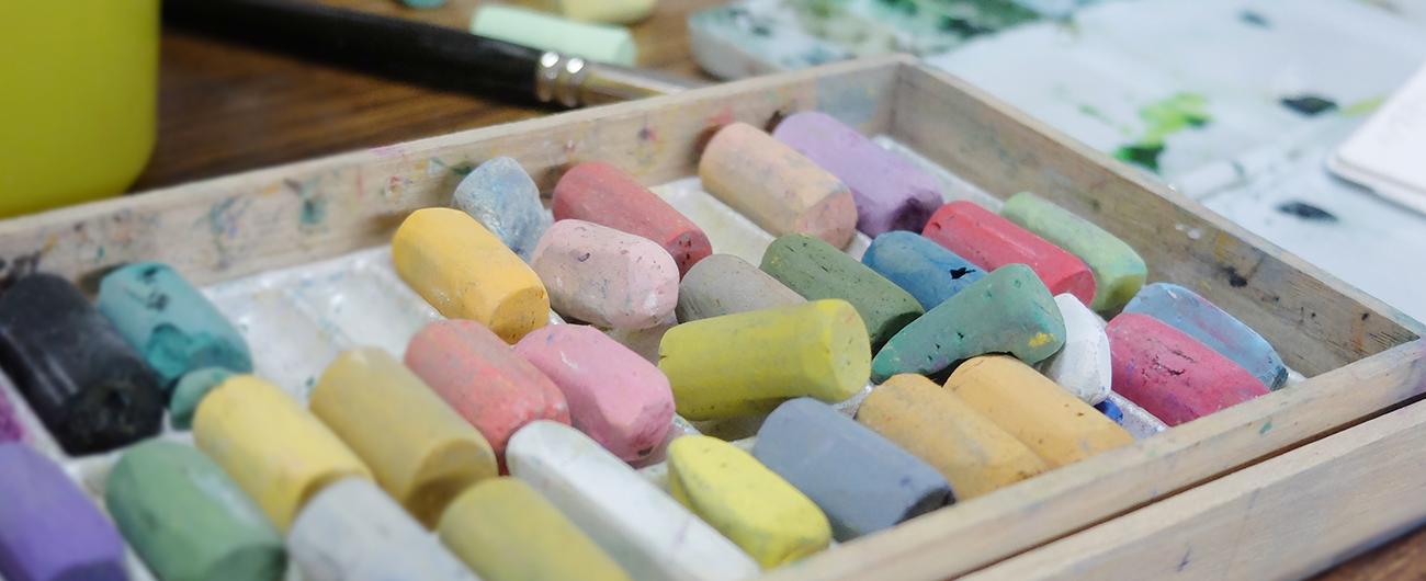 絵画教室イメージ(さまざまな色のパステル)